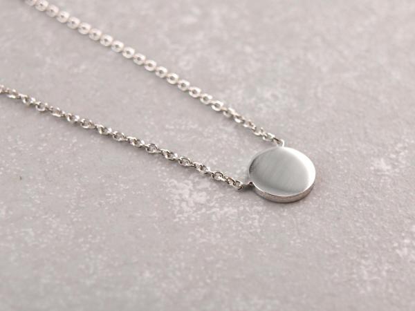 Kleine Kette mit Silberplaettchen, gravierbar und groessenverstellbar