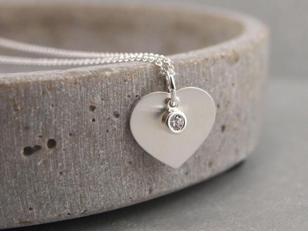 Gravuranhaenger mit kleinem Zirkonstein Silber mattiert Herz